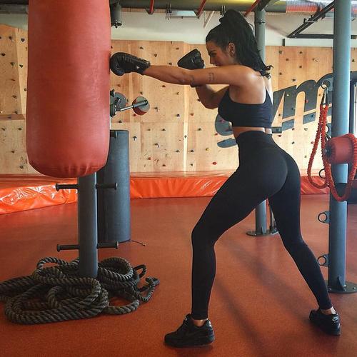 mujer golpeando un costal de box