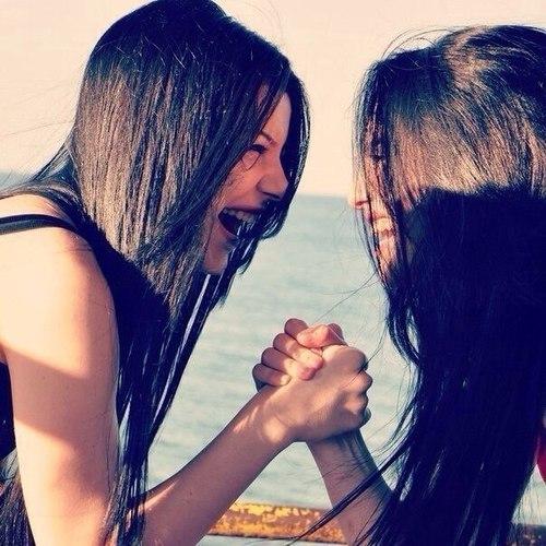 chicas unidas con sus manos sonriendo