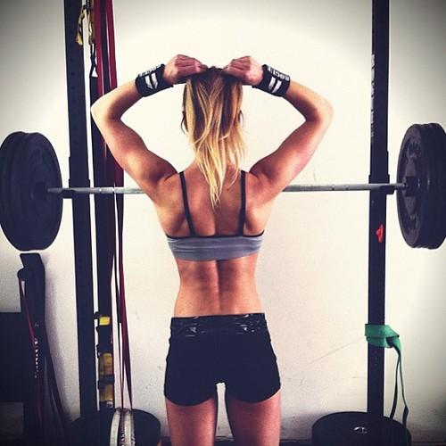 chica con pesa haciendo ejercicio