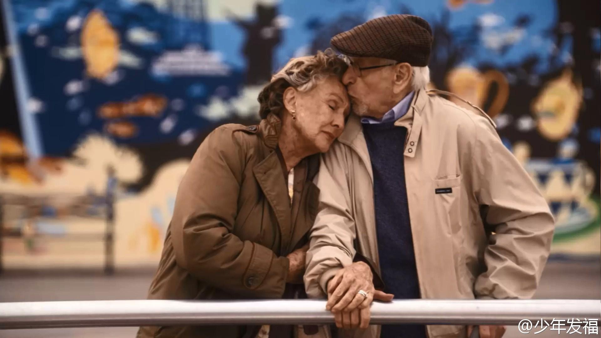 pareja de ancianos abrazados dandose beso en la frente