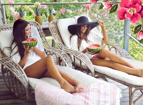 hermanas sentadas comiendo sandia