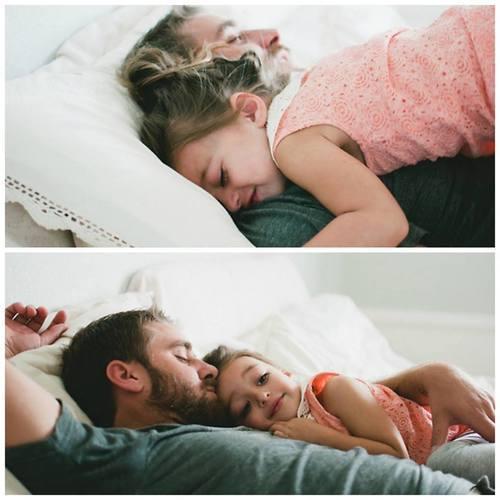 padre e hija durmiendo