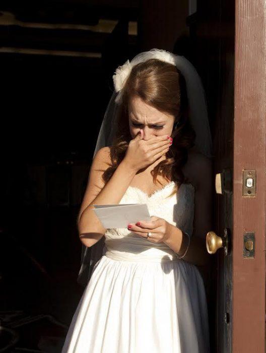 mjer vestida de novia leyendo una carta