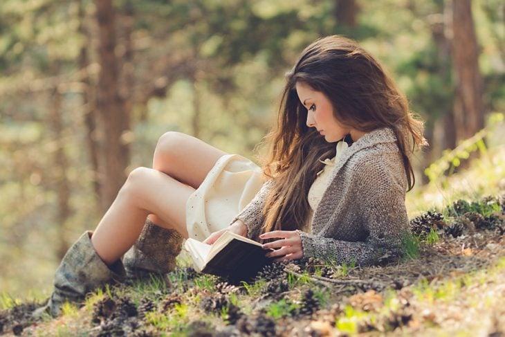 Chica leyendo en un parque