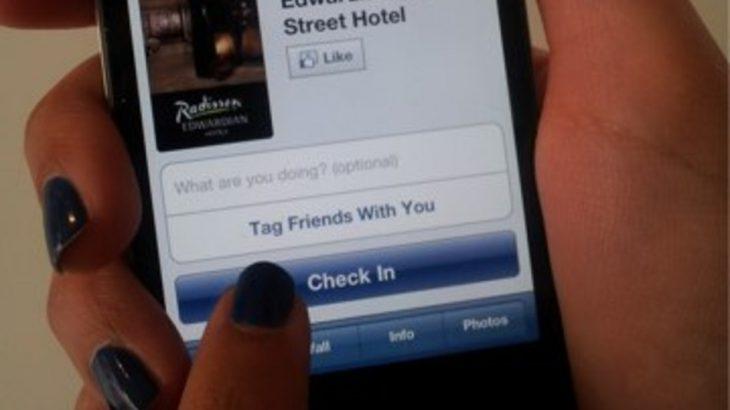 persona mostrando sus manos mientras sostienen un celular