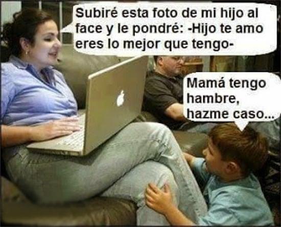 mujer con una computadora en sus piernas y un niño arrodillado ante ella