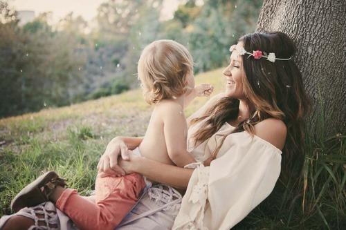 mamá e hijo sentados platicando