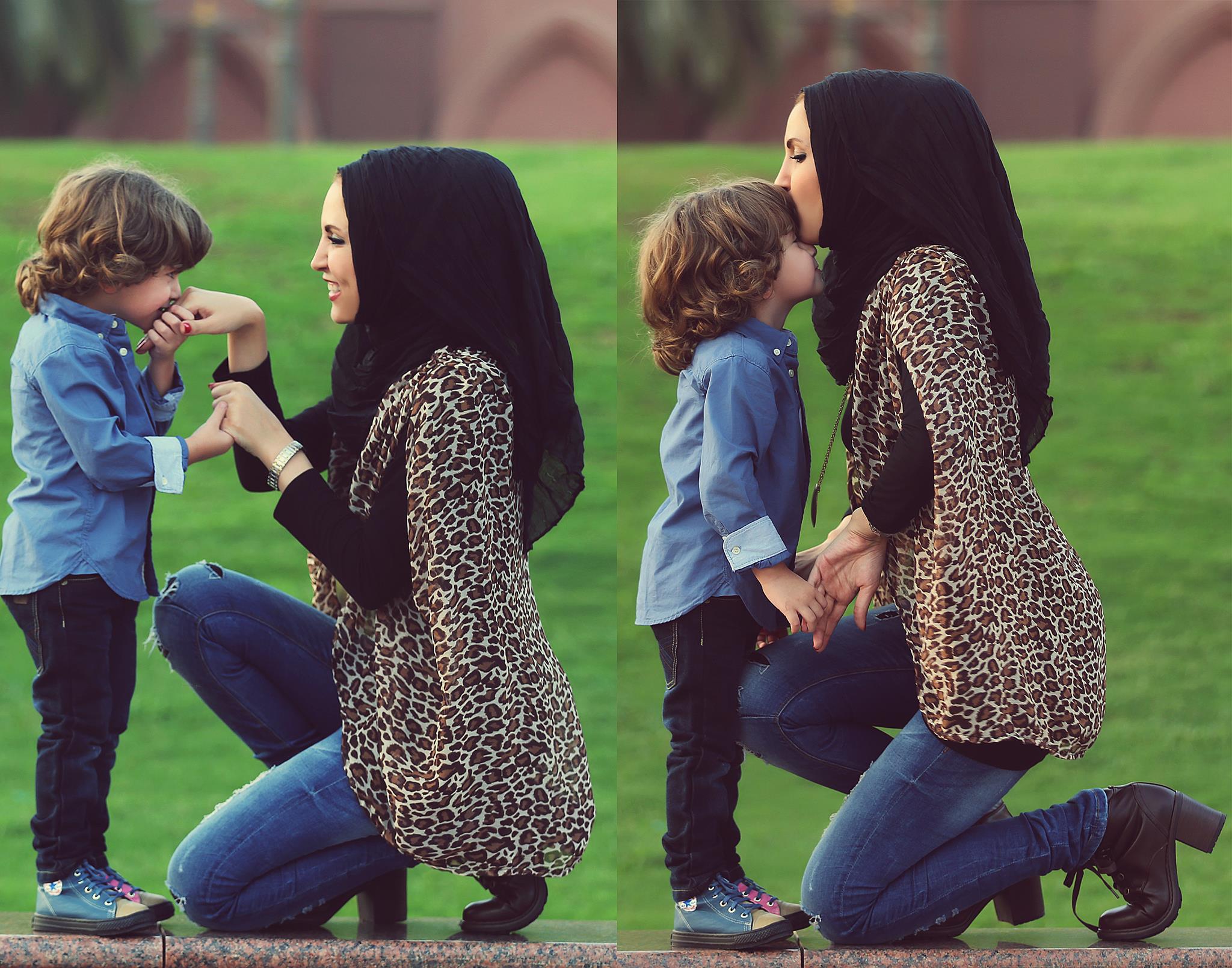 mujer con su hijo y hijo ebsando la mano se su mama