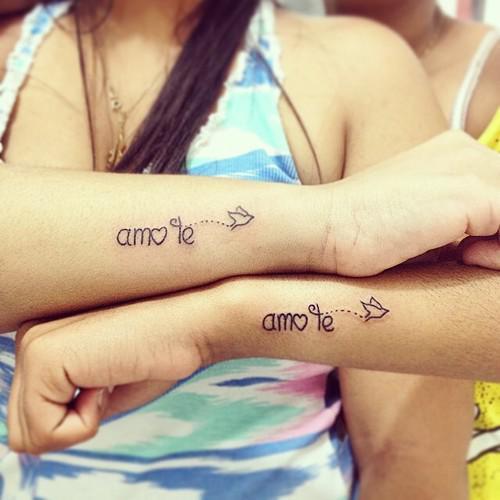 Tatuajes para hermanas en el brazo con la frase amo te