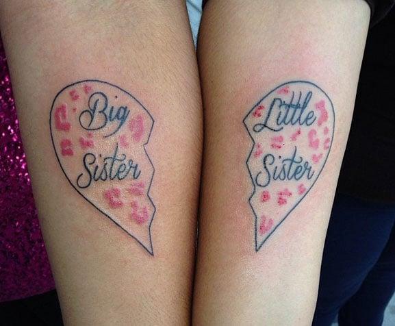 Tatuaje en el brazo de corazón a la mitad con la palabra Big sister y Little sister