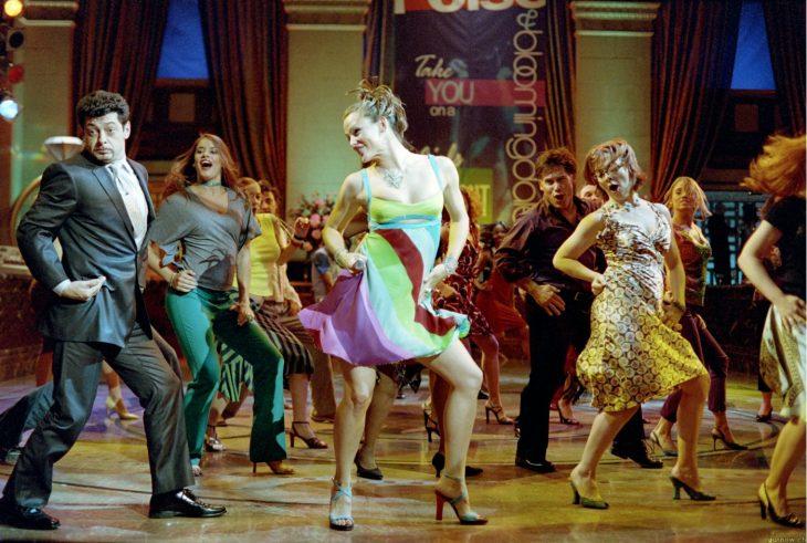 mujer bailando en una pista de baile