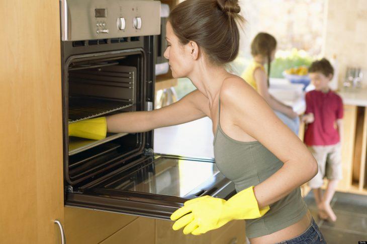 tareas del hogar guantes blusa verde horno