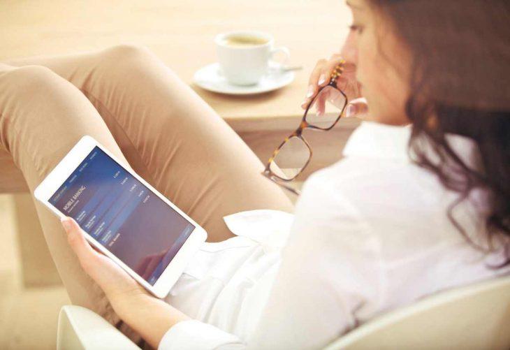 mujer administra dinero hogar teconologia