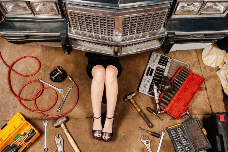 ejecutiva auto mecanica taller marro piernas