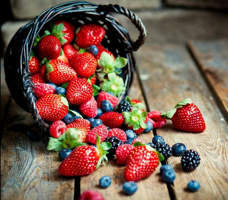 comida saludable fresas arandanos