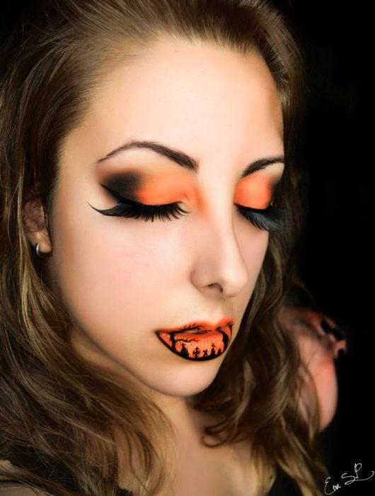 mujer con los labios y los ojos maquillados de color naranja