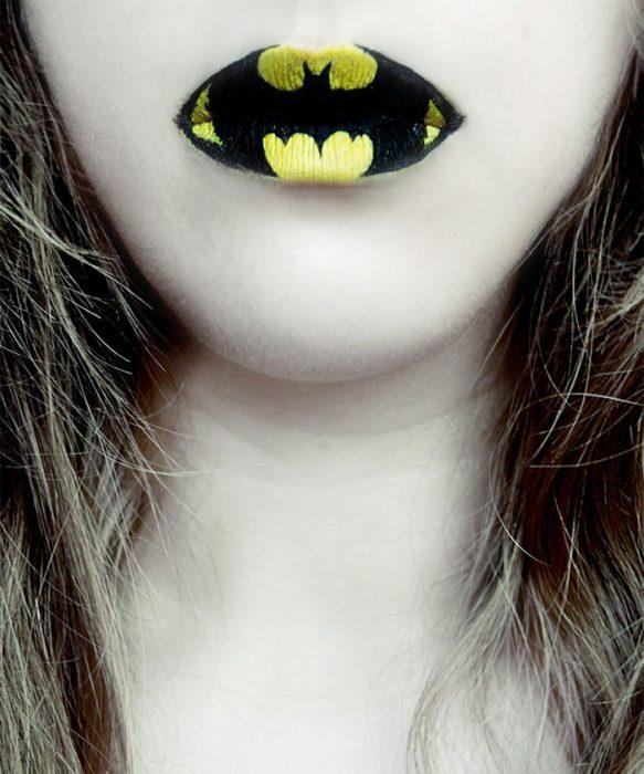 mujer con los labios pintados con la insignia de batman