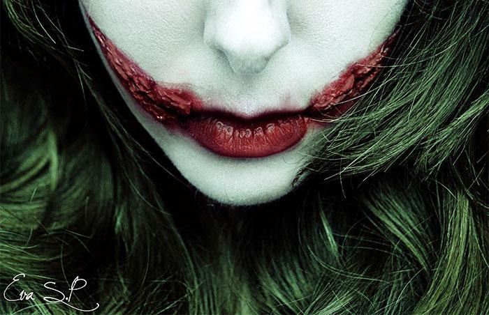 mujer usando el maquillaje de 'the joker'