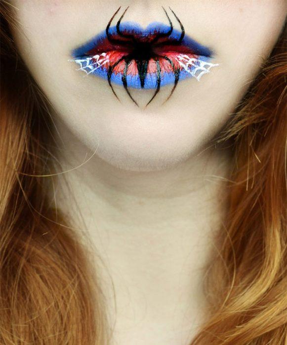 mujer con maquilla en los labios que forman una araña