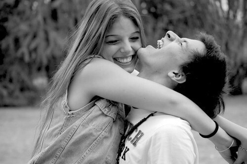 pareja abrazados riendo
