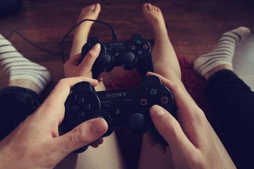 novios sosteniendo controles de vídeojuegos