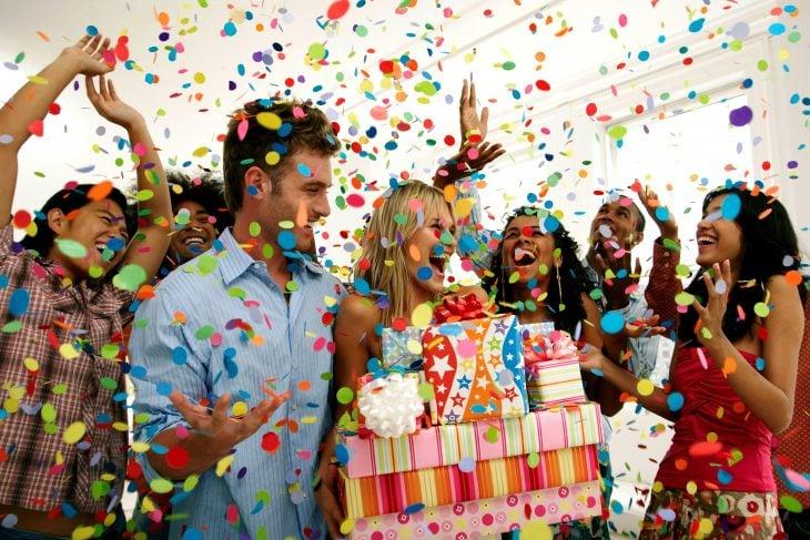 personas festejando un cumpleaños
