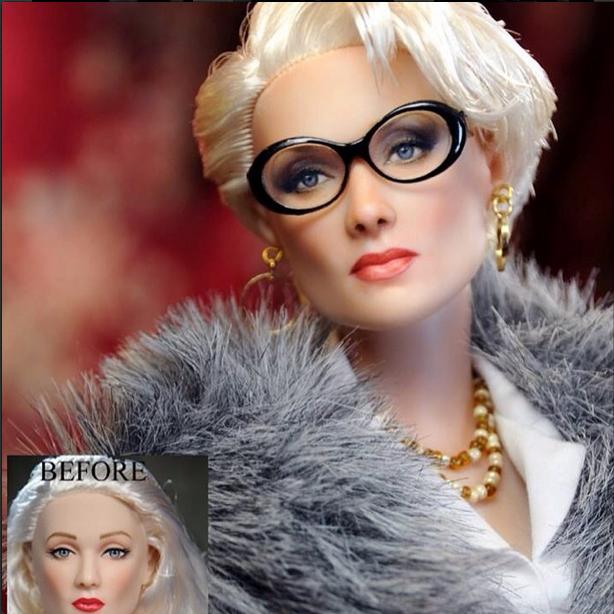 muñeco de Meryl Streep usando un saco gris, camisa blanca collar dorado y lentes
