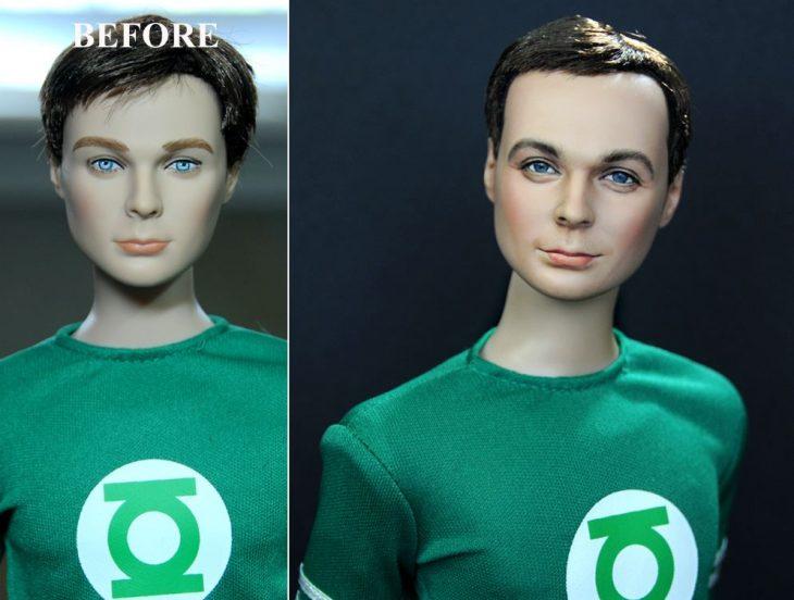muñeco de sheldon cooper usando una camisa verde