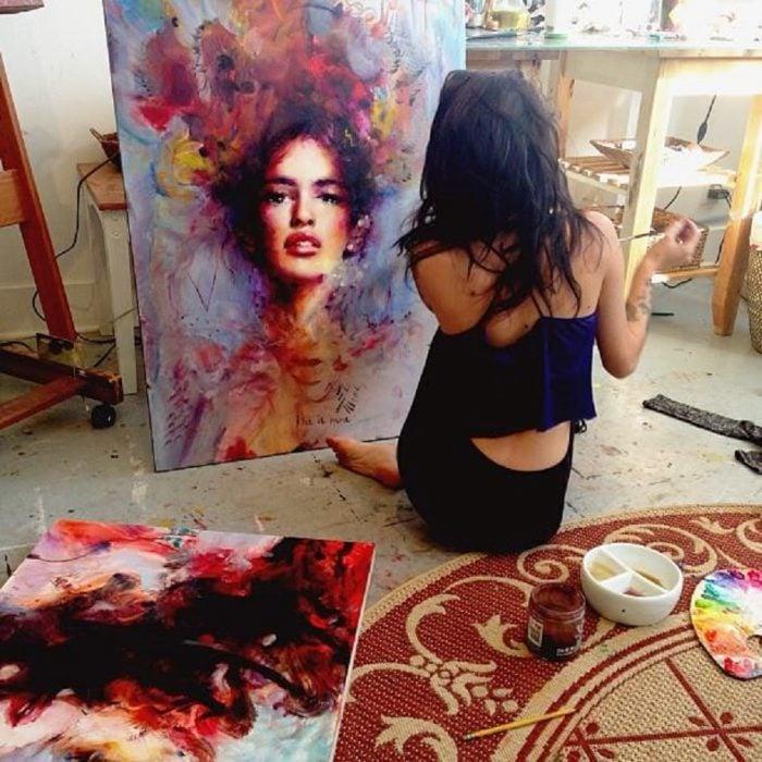 mujer pintando en su trabajo que le gusta