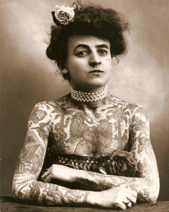 mujer tatuada de estados Unidos