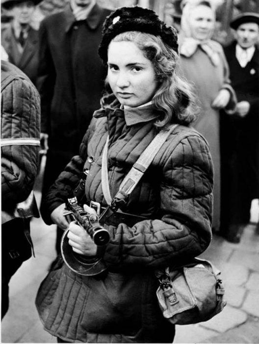 niña de 15 años sosteniendo un rifle