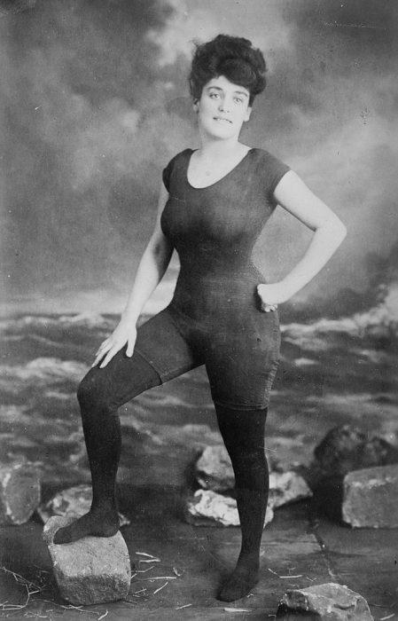 mujer usando traje de baño de una pieza en 1907