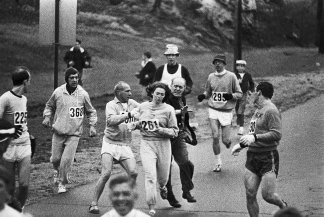 mujer corriendo un maratón y queriendo ser detenida