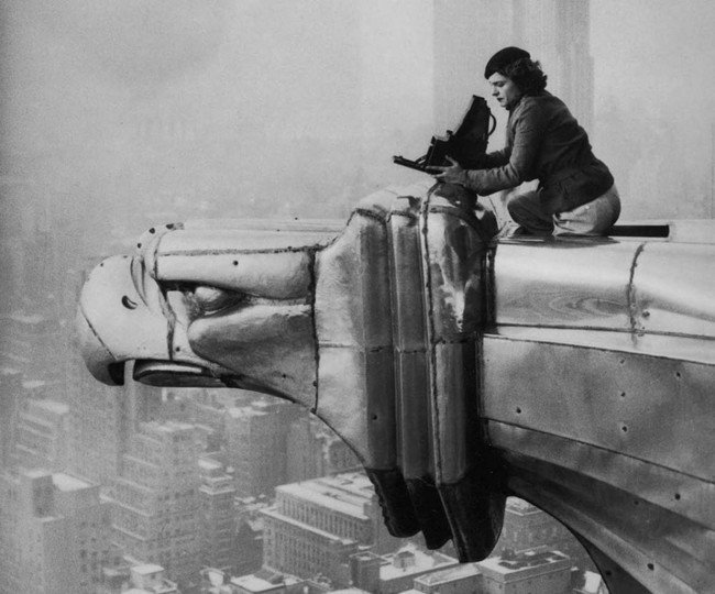 mujer fotógrafa en el edificio chrysler