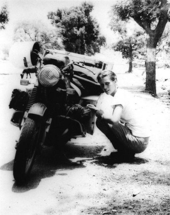mujer junto a una motocicleta