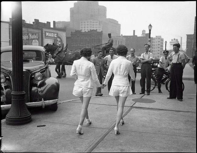 mujeres con short enseñando las piedras y paseando por las calles mientras las observan los hombres
