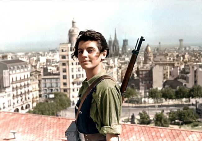 mujer con un rifle en la espalda viendo desde un techo