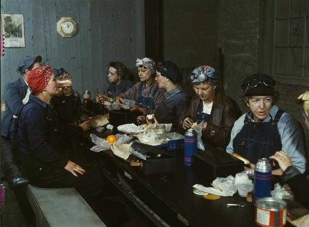 mujeres desayunando en una estación de tren
