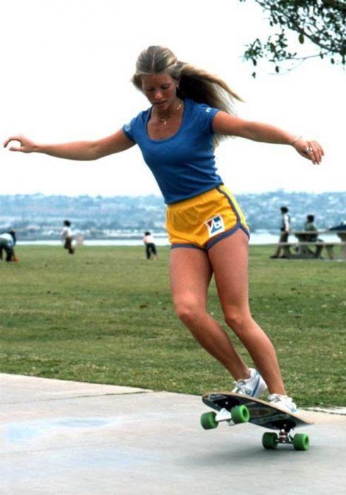 mujer patinando en la acera