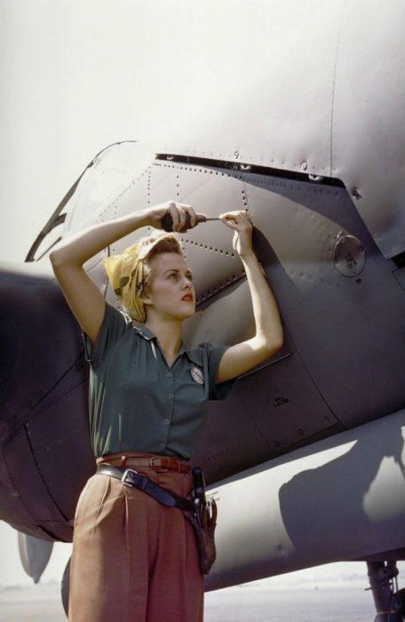 mujer reparando un avión