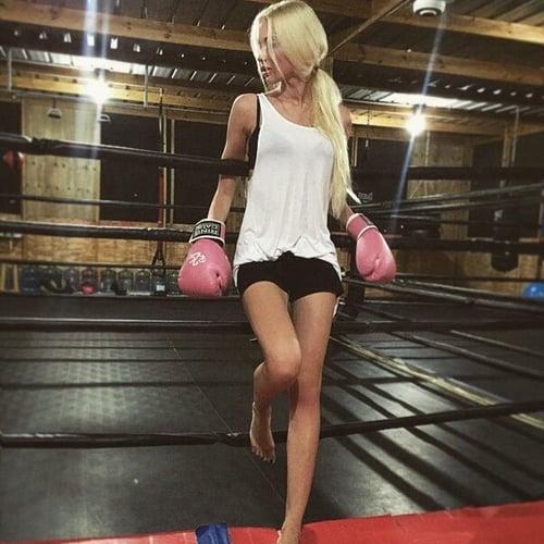 chica en el rin con guantes de box