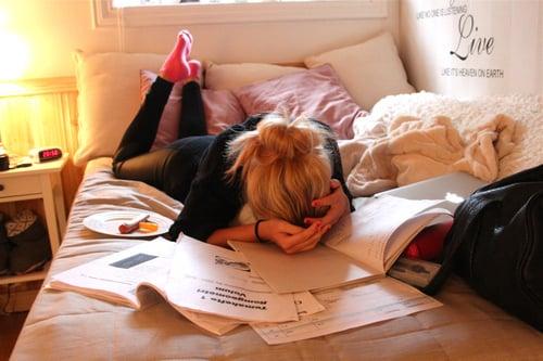chica en su habitación estudiando