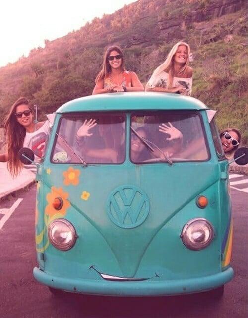 chicas viajando en una combi