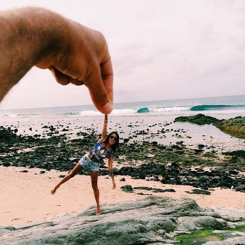 chica feliz en la playa