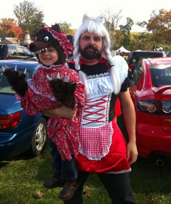 hombre vestido de caperusita roja junto a su hija vestida de lobo