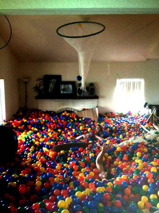 alberca de pelotas en una sala de estar