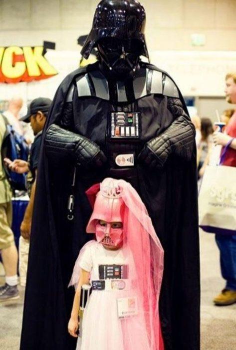 padre e hija vestidos de darth vader