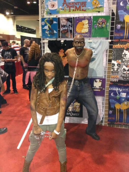 niña vestida como la protagonista de una serie y sosteniendo un zombie por el cuello