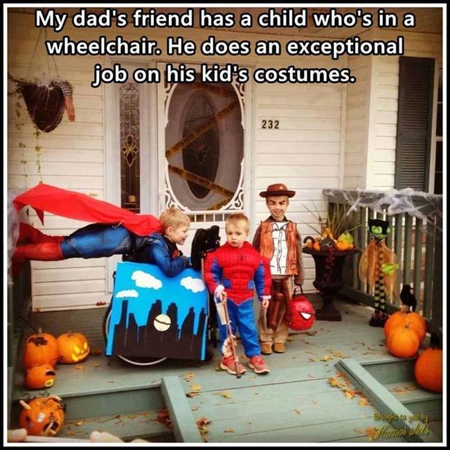 niños con disfraces afuera de una casa