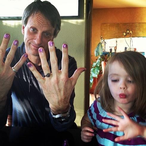 hombre y su hija mostrando sus uñas pintadas